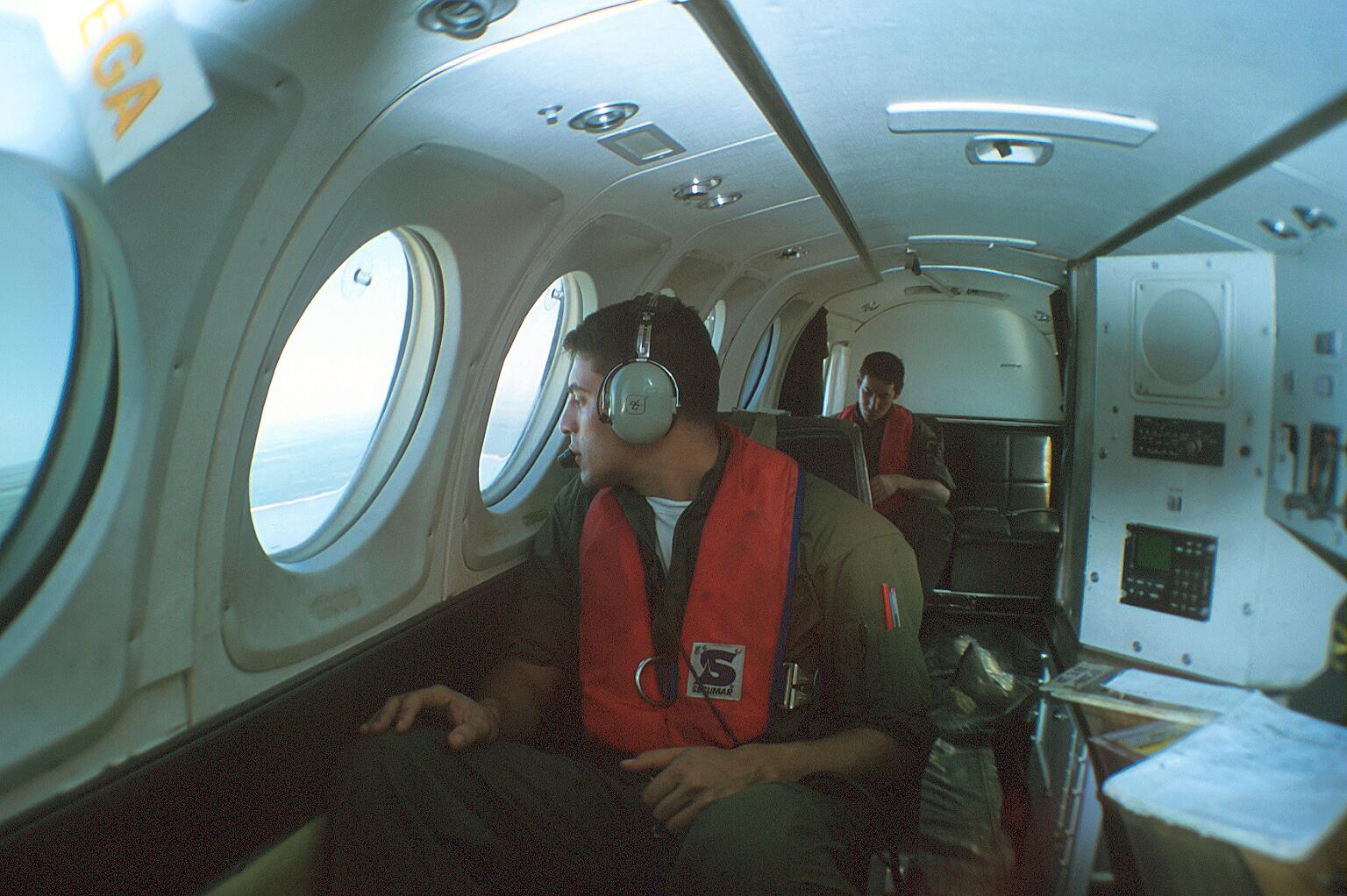 Cabos Victor Olivera y Albin Correa (fondo) durante un vuelo de patrulla. (ernesto Blanco Calcagno/Airpressman.com)